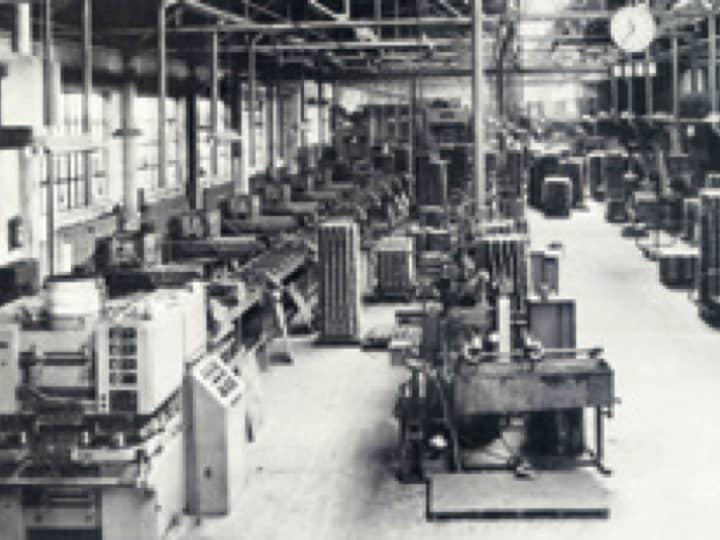 Schwarz-Weiß-Foto von einem BRÖTJE-Fabrikgebäude von Innen.