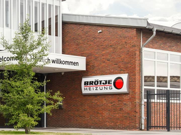 Eingangsbereich von Außen des BRÖTJE Firmengebäudes in Rastede.
