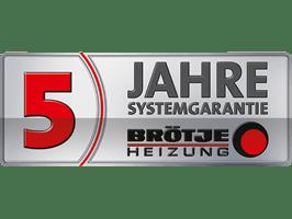 Rechteckiges, graues Etikett mit schwarzen und roten Buchstaben. 5 Jahre Systemgarantie Brötje-Heizung.
