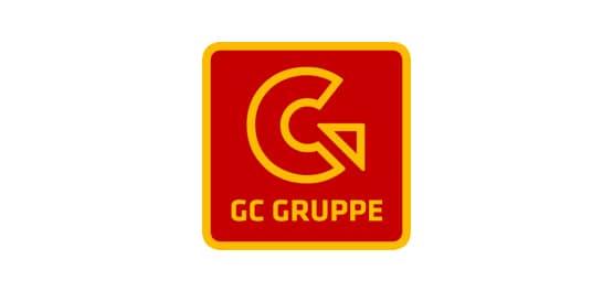 Gienger Logo. Ein rotes Quadrat mit gelber Umrandung, darin ein sich nach rechts drehender,gelber Pfeil. Darunter steht GC Gruppe in gelb.