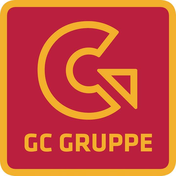 Das Logo der GC Gruppe. Ein rotes Quadrat mit gelbem Rand. Darin ein nach rechts laufender Pfeil und die Inschrift GC Gruppe, auch in gelb.