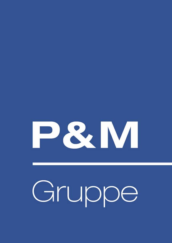 Das Pfeiffer & May Logo. Ein blaues Rechteck, hochkant mit weißer Inschrift P & M Gruppe.
