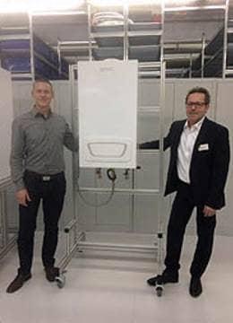 Jochen Bosch und Jürgen Rückstädter mit einer gespendeten BRÖTJE Anlage