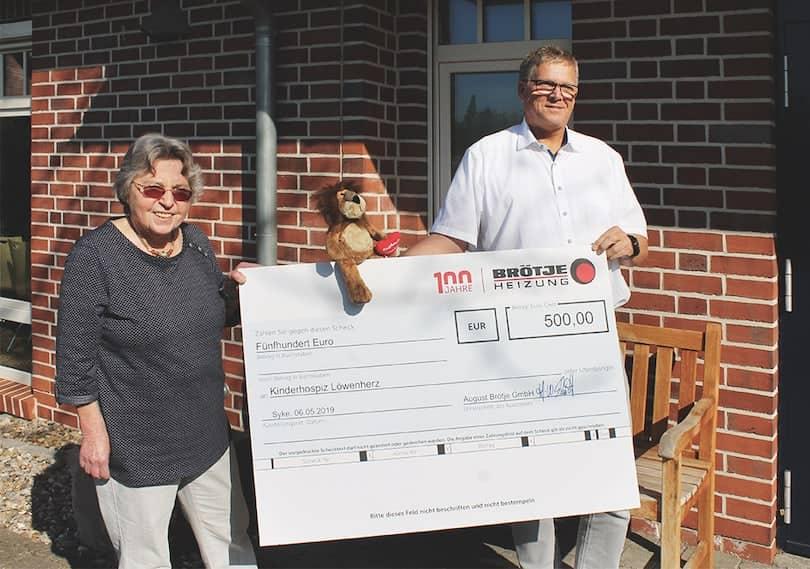 Am 06. Mai überreichte Herr Andreas Martens als Vertreter von BRÖTJE einen Scheck über 500 Euro an das Kinderhospiz Löwenherz in Syke in der Nähe von Bremen