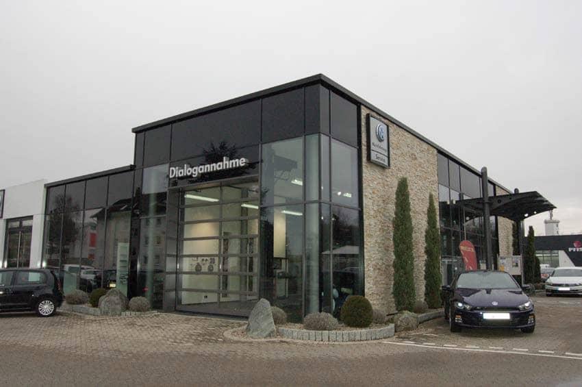 """Das Gebäude """"Dialogannahme"""" von VW von außen."""