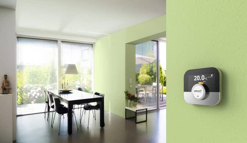 Das Raumgerät IDA an einer grün gestrichenen Wand montiert im Essbereich des Hauses.