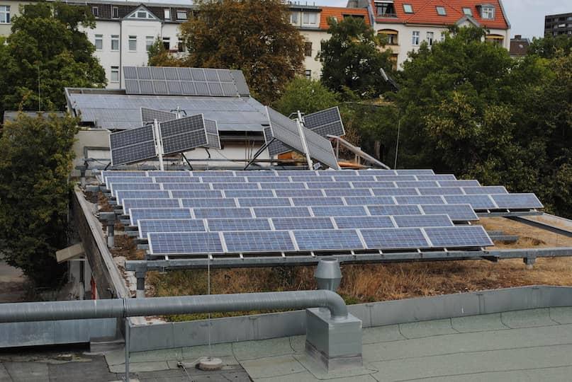 Solarfeld auf Flachdach montiert