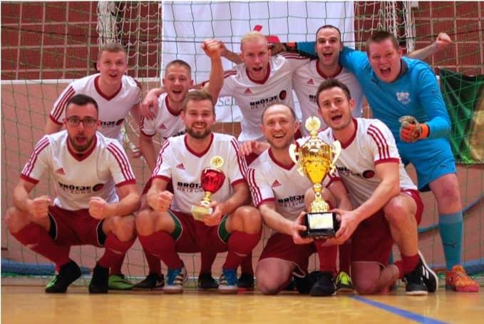 Gruppenfoto BRÖTJE TEam mit Siegerpokal
