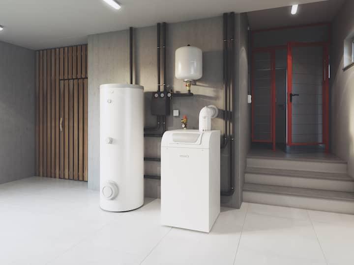 Der Gas-Brennwertkessel BGB von BRÖTJE steht in einem Kellerraum.