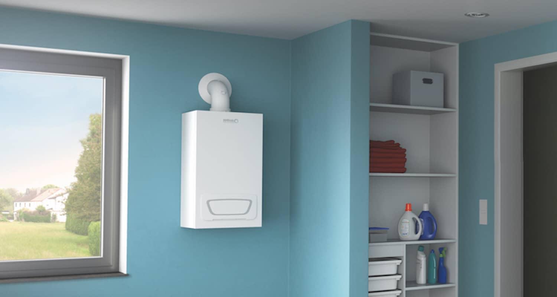 Blick auf den Gas-Brennwertwandkessel WGB-C/WGB-U von Brötje, aufgehängt an einer hellblau gestrichenen Wand im Kleinkindzimmer.