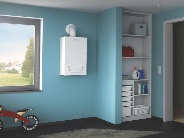 Blick auf den Gas-Brennwertwandkessel WGB-C, aufgehängt an einer hellblau gestrichenen Wand im Kleinkindzimmer.