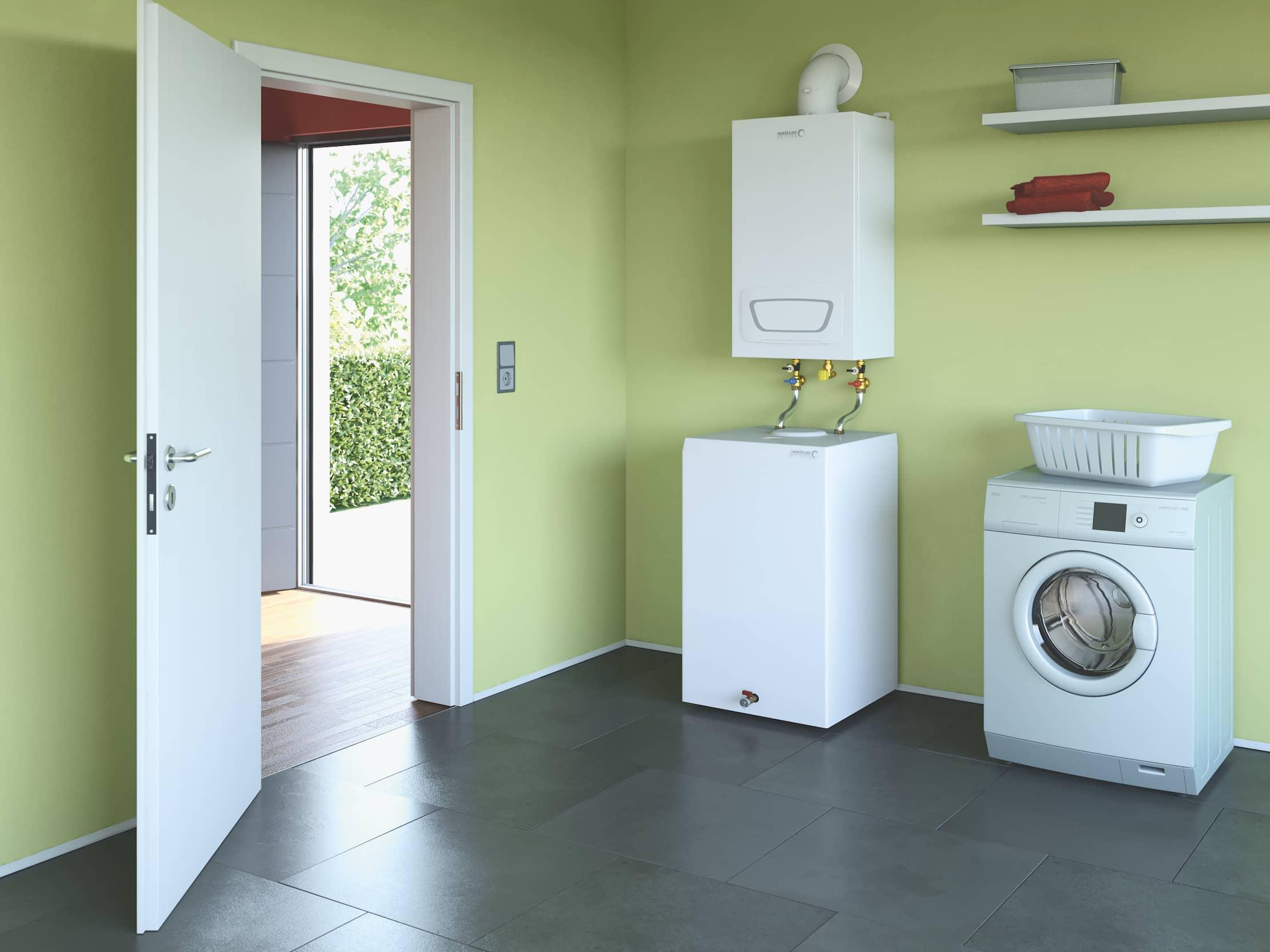 Der Gas-Brennwertwandkessel im hellgrün gestrichenen Waschraum eines Einfamilienhauses.