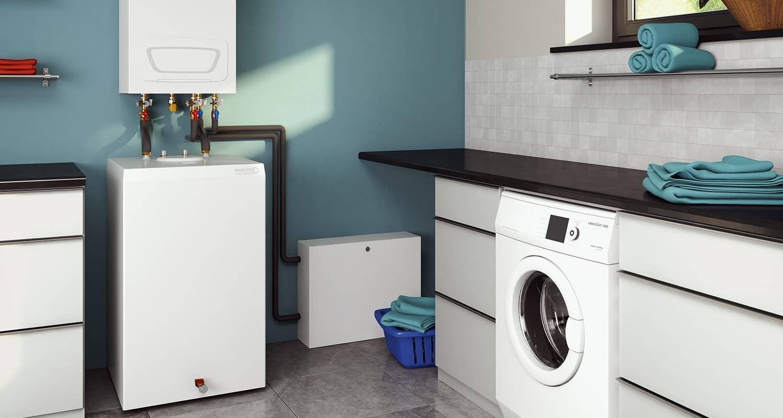 Der Gas-Brennwertwandkessel im türkisfarben gestrichenen Hauswirtschaftsraum.