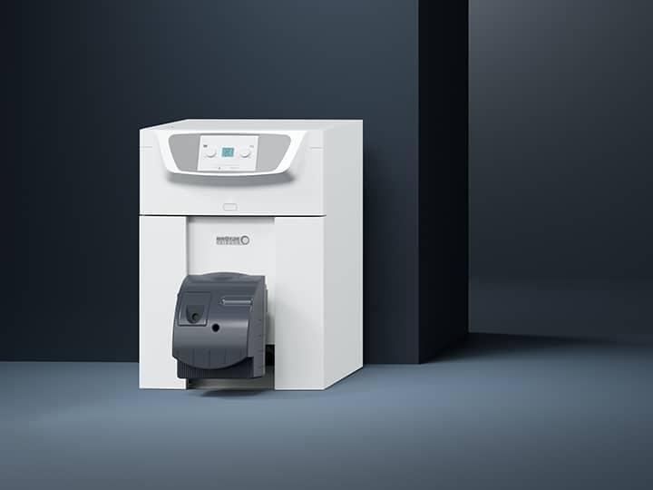 Sicht auf ein Einfamilienhaus mit großem Garten. Ein Ausschnitt des Hauses ist ohne Aussenwände so dargestellt, dass man vom Keller bis zum Dach siehst, um den Verlauf der Ölheizung BOK zu sehen.