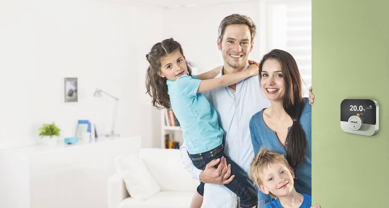 Die Regelung IWR IDA an einer hellgrünen Wand, links davon der Blick auf ein Esszimmer.