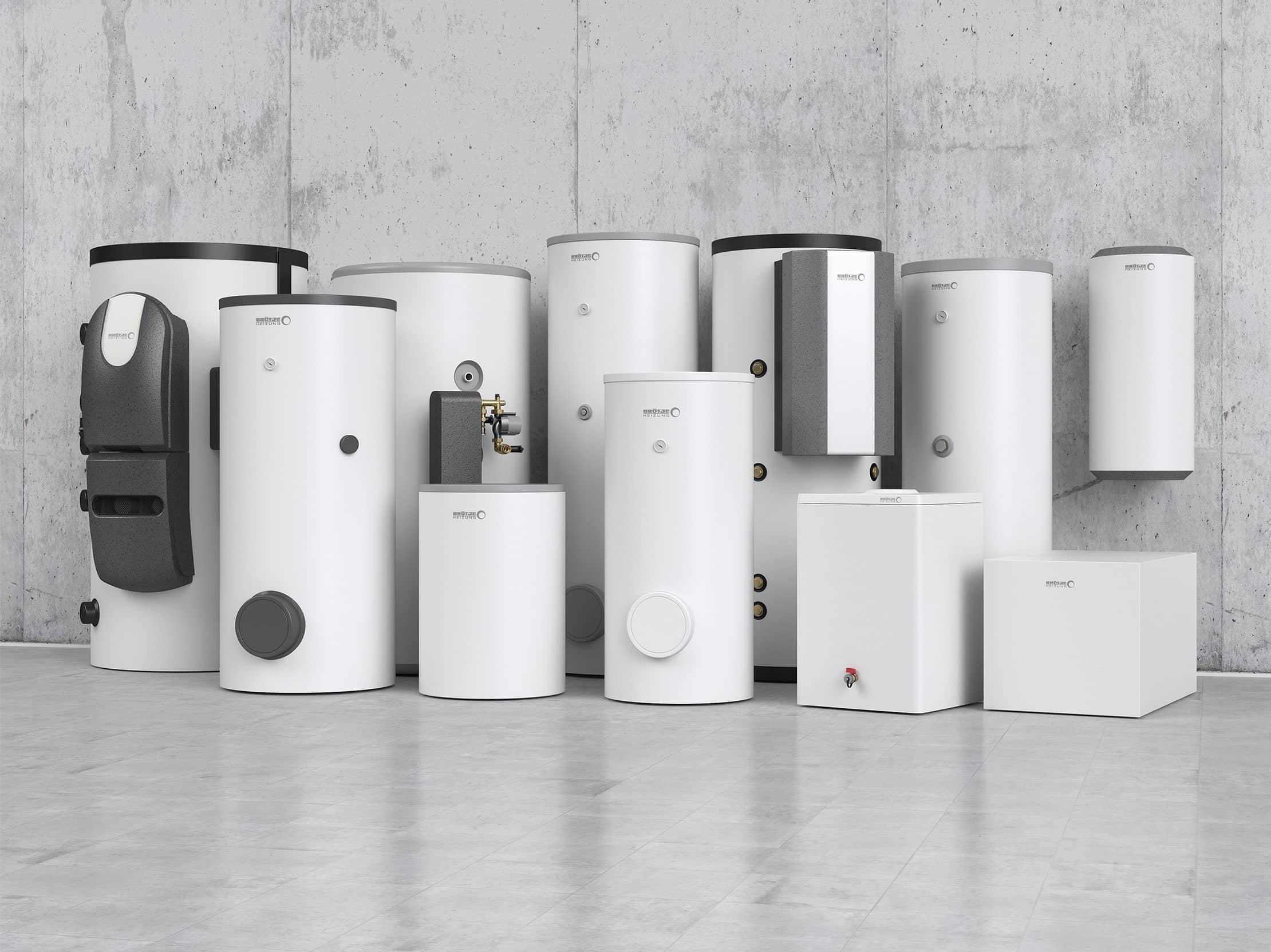 Elf Trinkwassererwärmer in verschiedenen Größen in weiß und dunkelgrau, aufgestellt und gehängt an einer Betonwand.