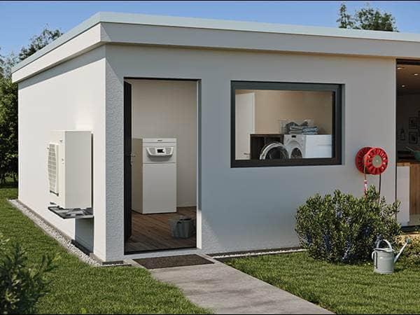 Außenansicht einer Technikhäuschen in einem Garten mit Blick auf eine interne Wärmepumpe von BLW Split.
