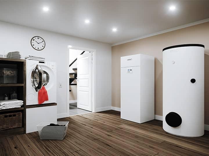 Die Wärmepumpe BSW NEO von Brötje im Parkett ausgelegten Hauswirtschaftsraum eines Hauses.