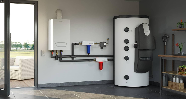 Ein Wasseraufbereitungsgerät in weiß/grau, aufgestellt im Technikraum eines Hauses mit Blick in den Garten.
