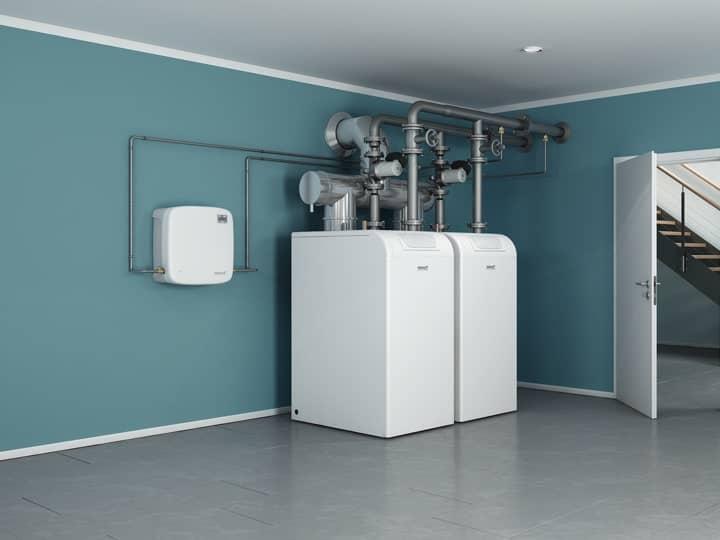 Zwei Wasseraufbereitungsgeräte, aufgestellt im hellblau gestrichenen Tecknikraum.