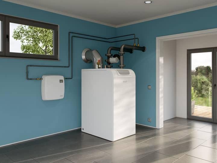 Die Wasseraufbereitungsgeräte AguaSave, aufgehängt an einer dunkelgrauen Klinkersteinwand, rechts davon Blick aus einem großen Fenster.