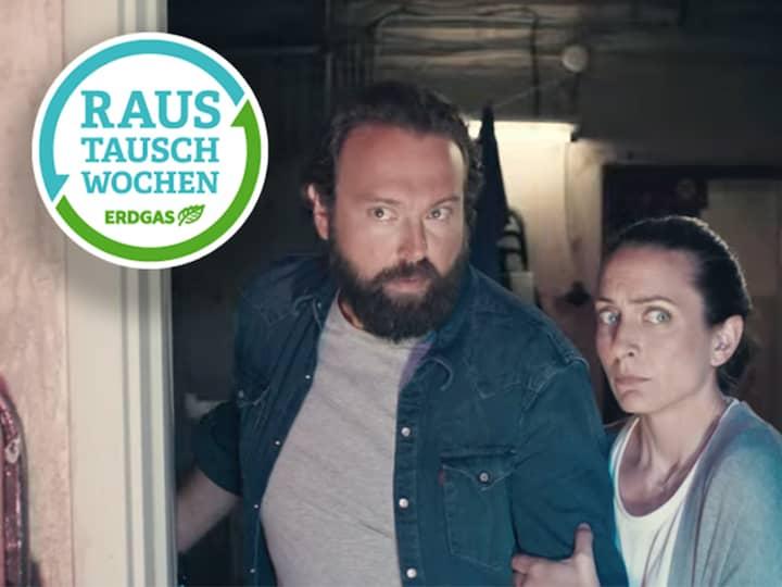 Großer, kräftiger Mann mit Bart, steht mit seiner kleineren, langhaarigen Frau im Türrahmen, beide mit ernster Mimik. Im Vordergrund das grün-blaue, runde Logo der Brötje Raustausch Wochen.