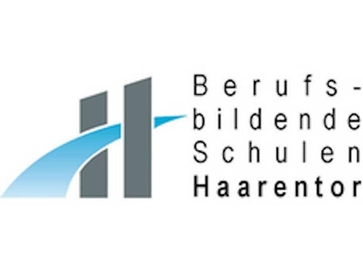 Logo der Berufsbildenden Schulen in Haarentor. Zwei graue, breite Striche, durch die ein blauer Bogen führt.