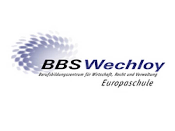 Logo der BBS Wechloy Europaschule. Ein grauer Fleck, der sich in viele graue, kleine Flecken ausbreitet.