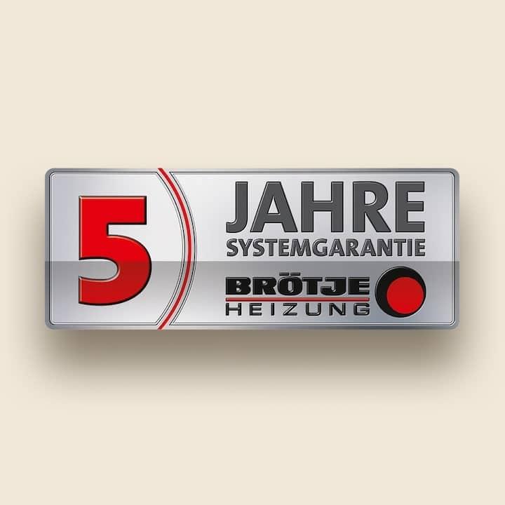 Rechteckiges, graues Label mit schwarz-roter Schrift. 5 Jahre Systemgarantie Brötje Heizung.