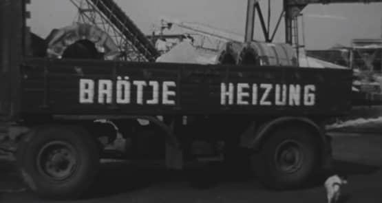 """Ein Schwarz-Weiß-Foto von einem Anhänger, auf dem """"BRÖTJE HEIZUNG"""" steht."""