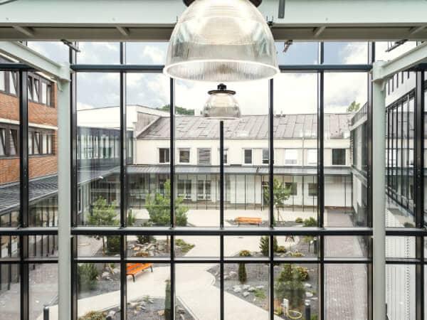 Blick aus einem Fenster in einem Unternehmen auf einen Innenhof.