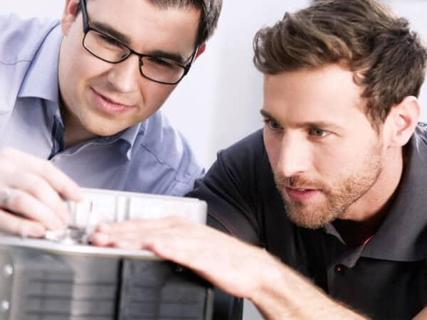 Zwei Brötje Mitarbeiter die sich ein Produkt genauer ansehen.