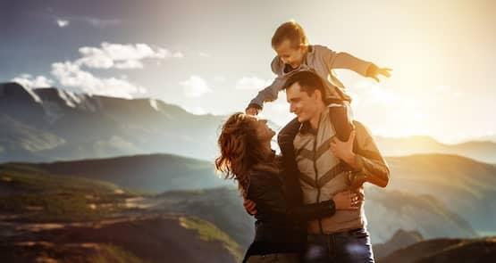 Glückliche Familie for den Bergen