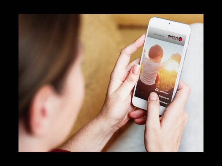 Eine Frau sieht sich gerade die ISR-App von Brötje auf dem Handy an.