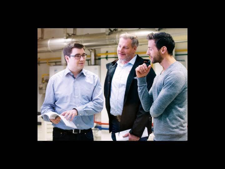 Zwei Männer, die sich von einem Brötje Mitarbeiter in der Firma beraten lassen.