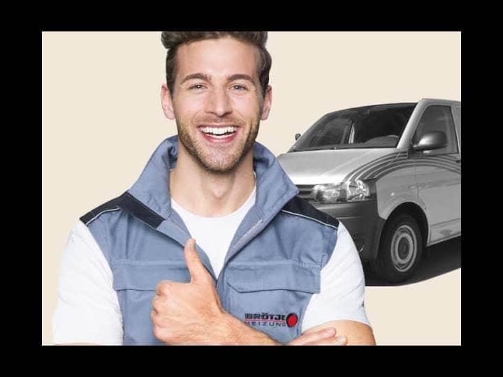 Ein junger Brötje Mitarbeiter, der vor einem silbernen Lieferwagen steht und den Daumen nach oben hält.