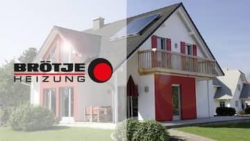 Ein großes Einfamilienhaus in weiß mit roten Fensterläden, ein Garten und das Brötje Logo.