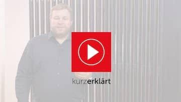 Bild für ein youtube Video der Vakuumröhrenkollektoren. Im Bild ein Mann mit dunklem Hemd, vor einem Röhrenkollektor und dem Brötje Logo.