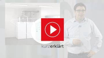 Bild für ein youtube Video der vernetzten Heizung. Im Bild ein Mann hellem Hemd, einer Gasheizung und dem Brötje Logo.